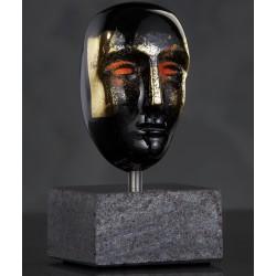 Kosta Boda. Brains masker. H 11 cm på stensokkel. Design Bertil Vallien.
