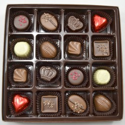 Fyldt chokolade i æske. 21x21 cm 230g.